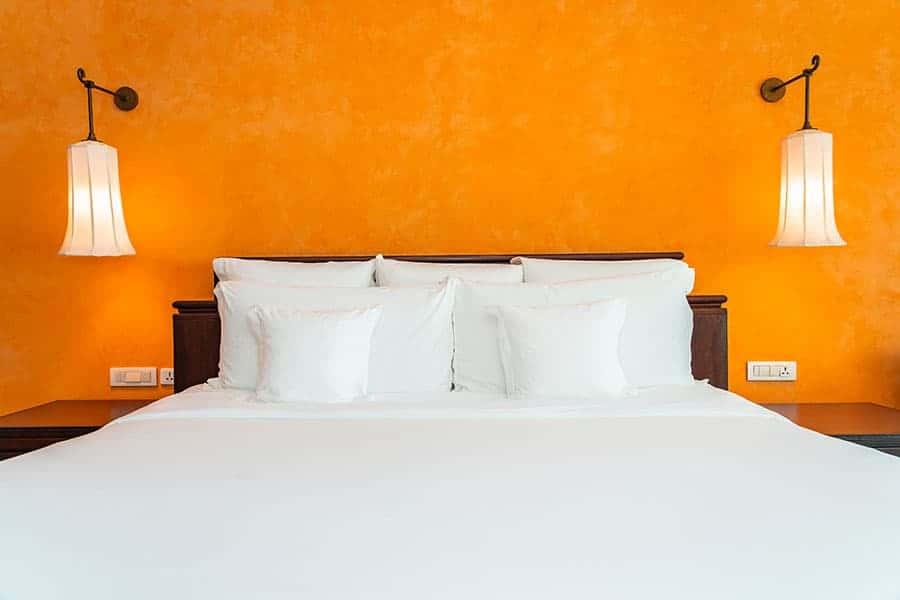 קיר כוח בצבע כתום בחדר השינה