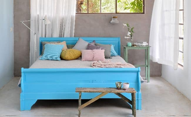 מיטה וקיר לאחר צביעה